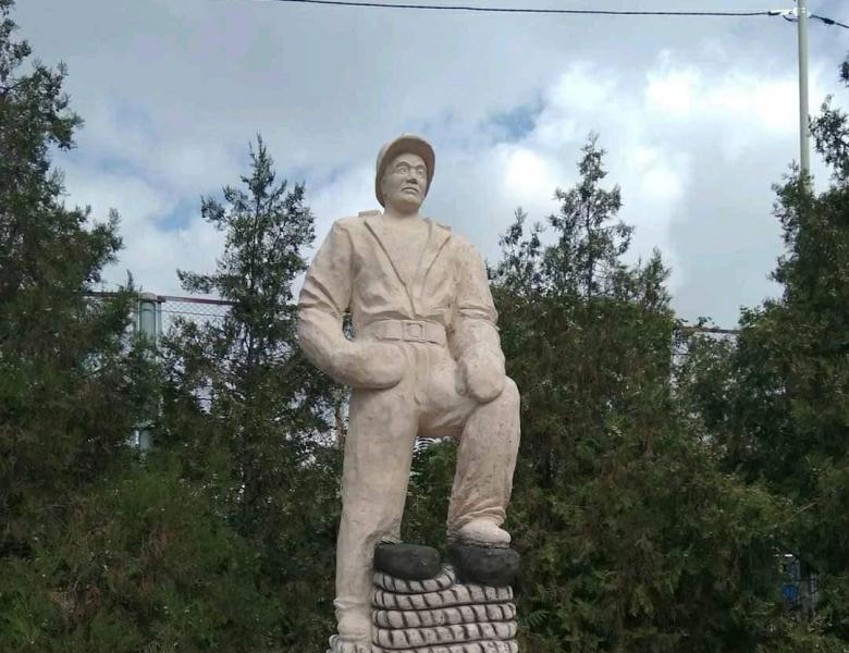 Потворність, колгосп і надгробок: в соцмережах розкритикували пам'ятник, подарований кандидатом в мери